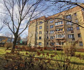 Mieszkanie 2-pok. w stanie b.dobrym, I piętro w niskim bloku.