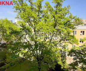 Trzy pokoje z dwoma balkonami i widokiem na zieleń