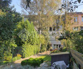 Dom z ogrodem z wejściem do parku