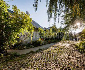 Dom w otoczeniu zieleni w Bielanach